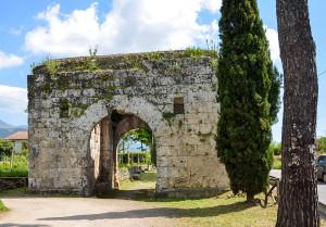 porta-san-lorenzo-e-via-latina-antica-vista-laterale